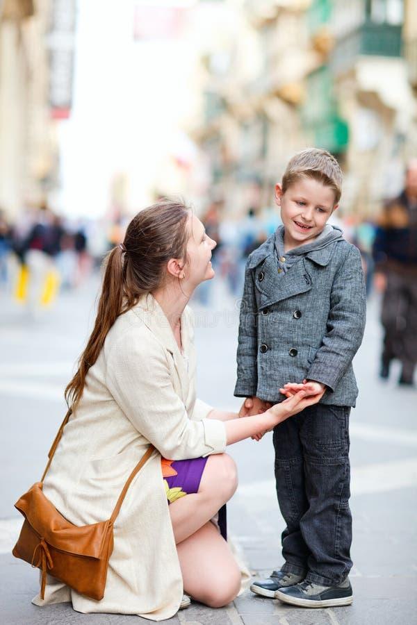 Mutter und Sohn draußen in der Stadt lizenzfreie stockbilder