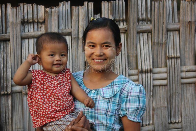 Mutter und Sohn in einem kleinen Dorf auf Myanmar stockbild