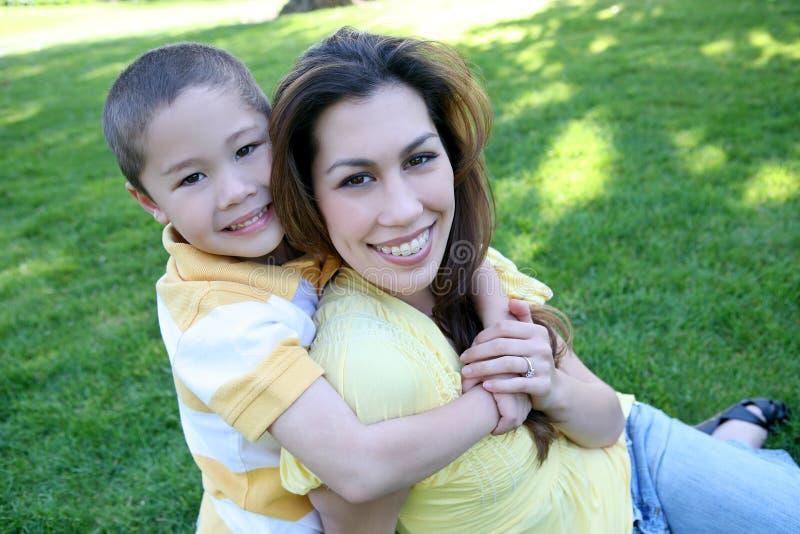 Mutter-und Sohn-Familie lizenzfreie stockfotografie