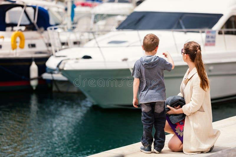 Mutter und Sohn am Hafen stockbilder