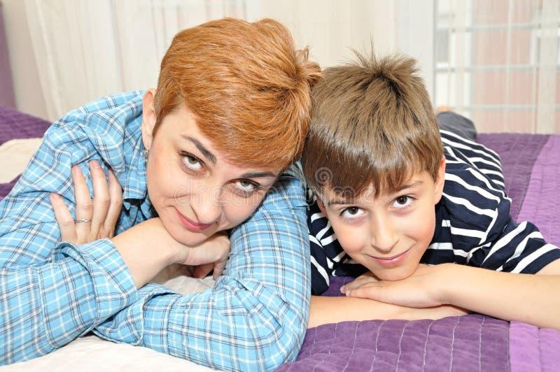 Mutter und Sohn im Bett stockbild. Bild von sohn, bett