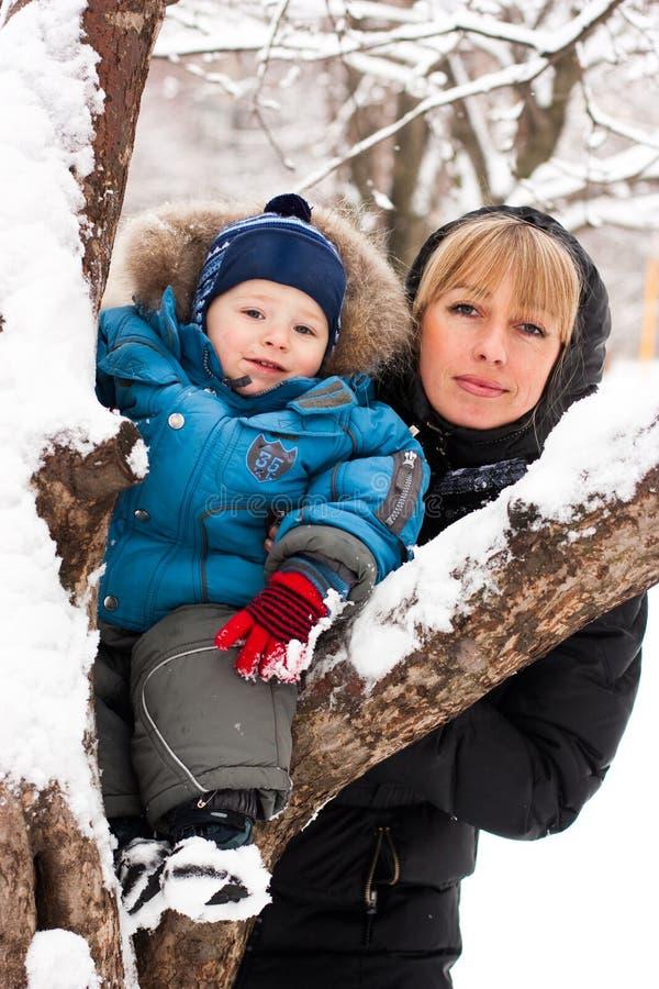 Mutter und Sohn im Freien lizenzfreies stockfoto