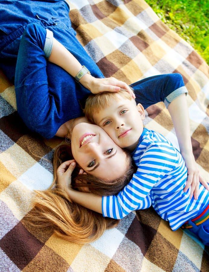 Mutter und Sohn im Freien stockfotos