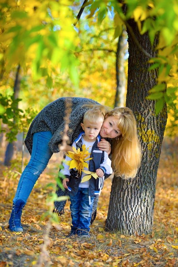 Mutter und Sohn im Herbstpark stockbild