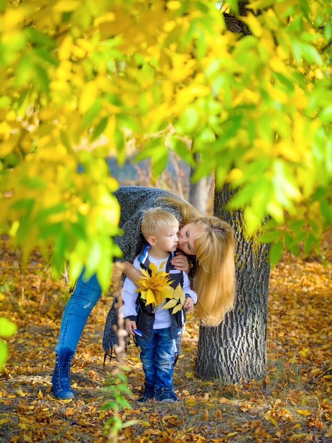 Mutter und Sohn im Herbstpark lizenzfreies stockfoto
