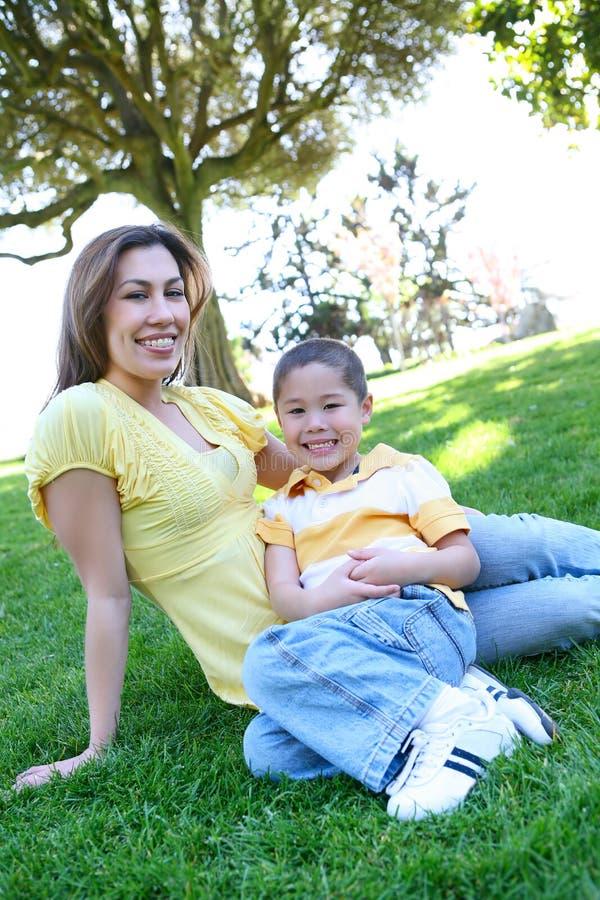 Mutter und Sohn im Park lizenzfreies stockbild