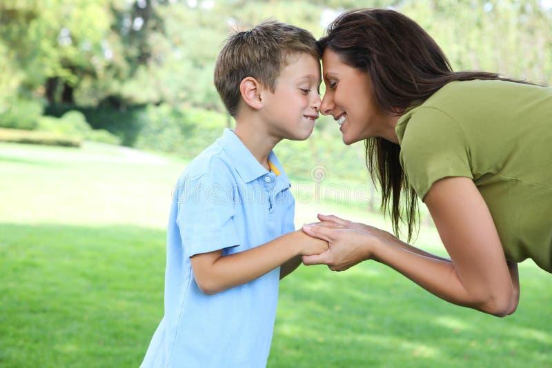 Mutter und Sohn im Park lizenzfreie stockfotografie