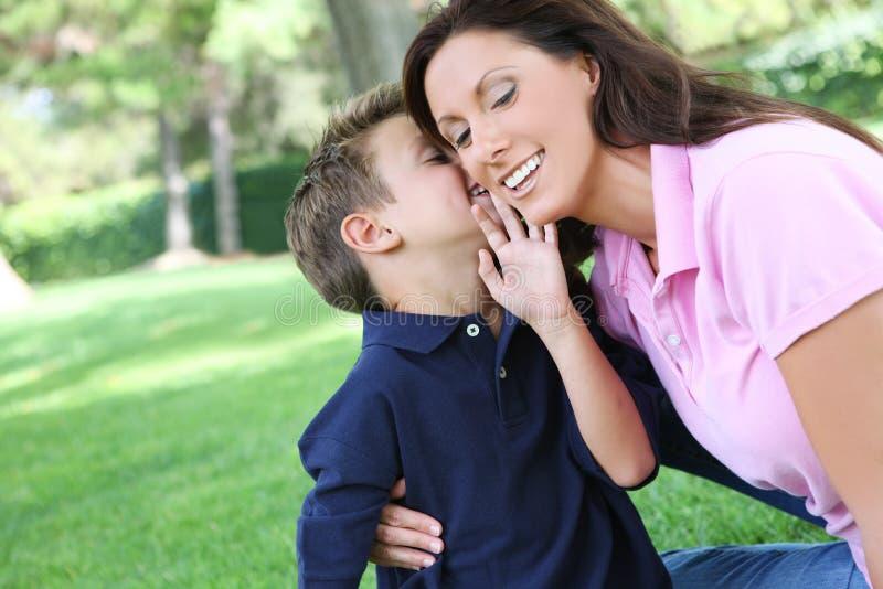 Mutter und Sohn im Park stockbilder