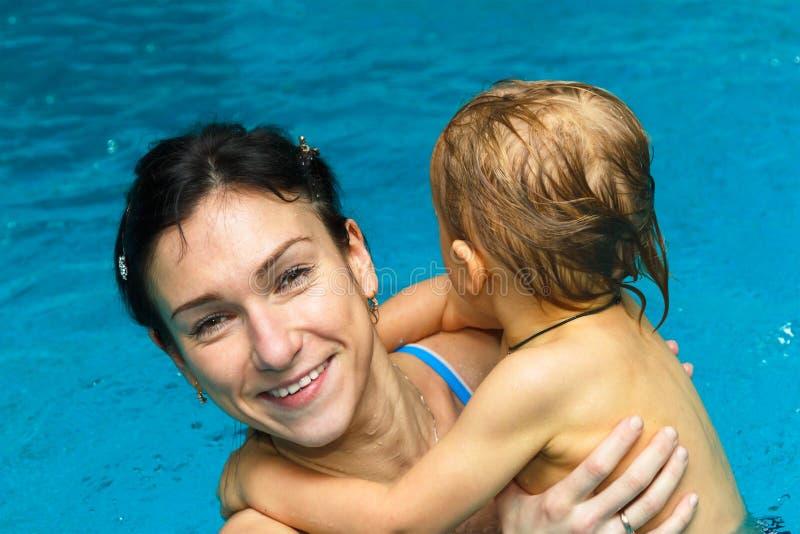 Mutter und Sohn im Pool lizenzfreie stockfotografie