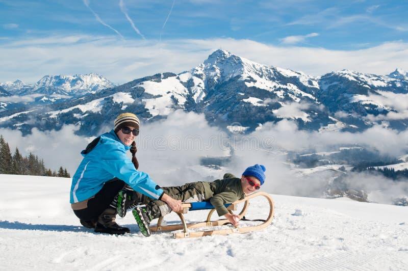 Mutter und Sohn im Winterschnee stockfoto