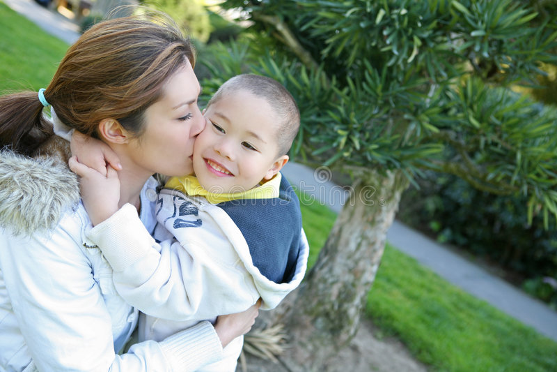Mutter-und Sohn-Kuss lizenzfreies stockfoto