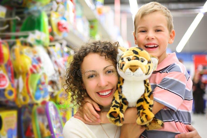 Mutter und Sohn mit Spielzeug im System lizenzfreies stockfoto