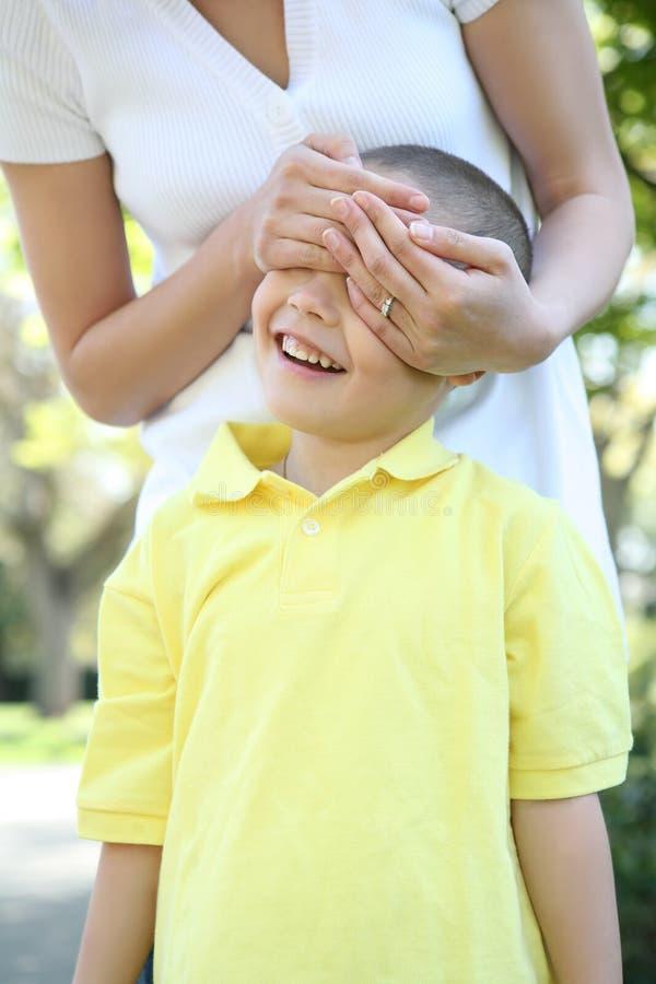 Mutter-und Sohn-Spiel lizenzfreie stockfotos