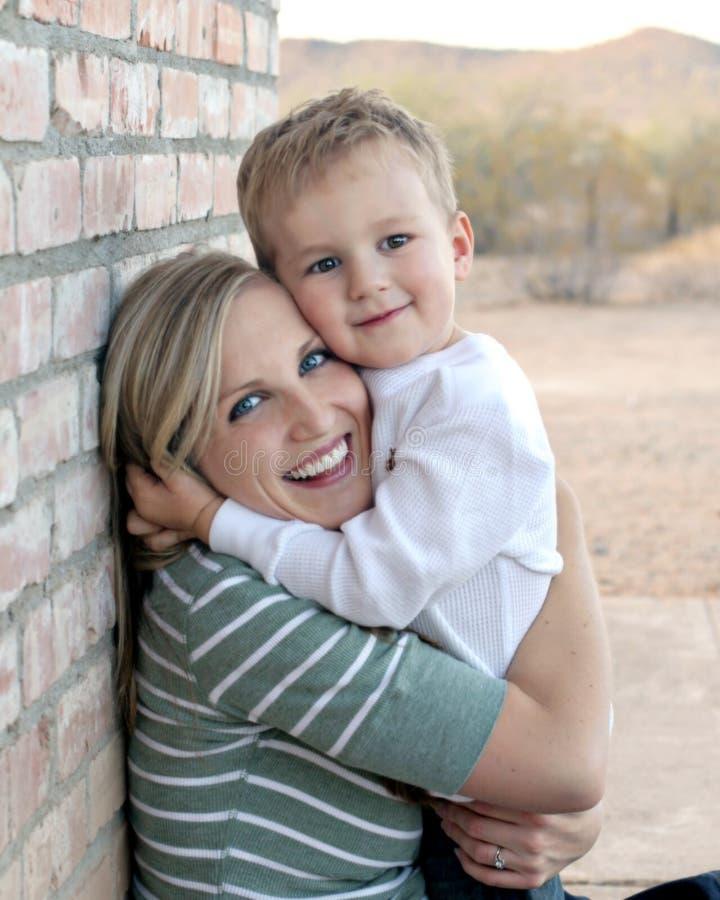 Mutter-und Sohn-Umarmen lizenzfreies stockfoto