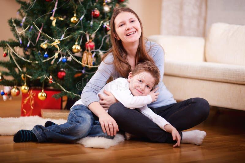 Mutter und Sohn am Weihnachten lizenzfreies stockfoto