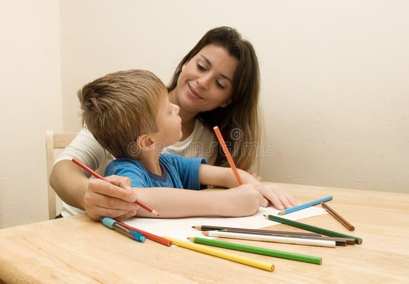 Mutter-und Sohn-Zeichnung. stockbild