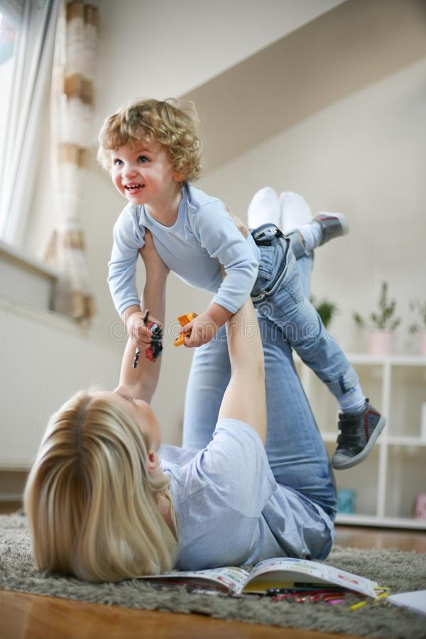 Mutter- und Sohnausgabenzeit zusammen playful lizenzfreie stockfotografie