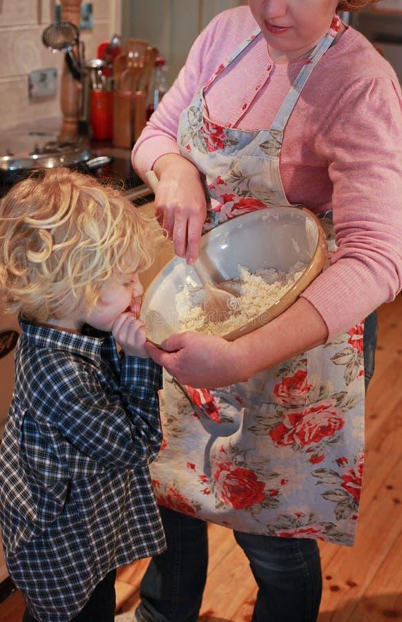 Mutter- und Sohnbacken stockfoto