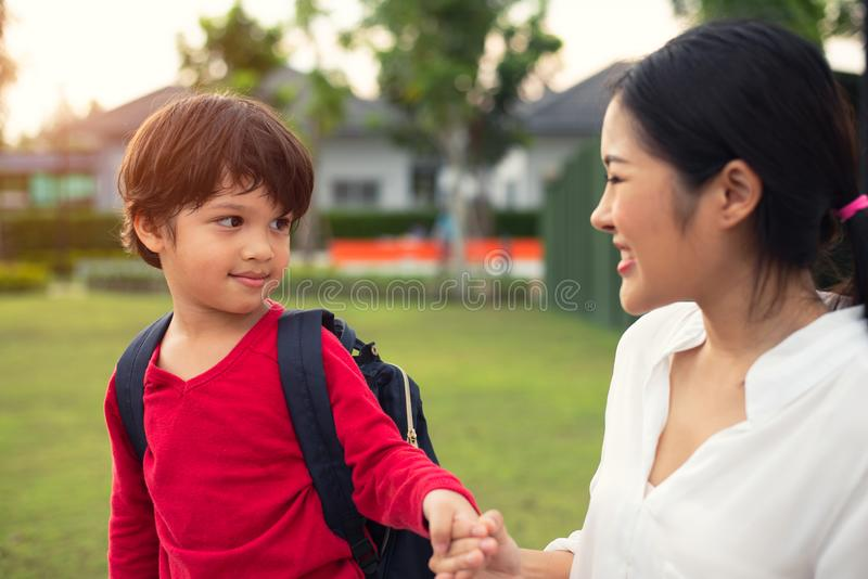 Mutter- und Sohnholdinghand während in Park zusammen gehen Liebende Familie und süßes Haupthauptkonzept lizenzfreie stockfotos