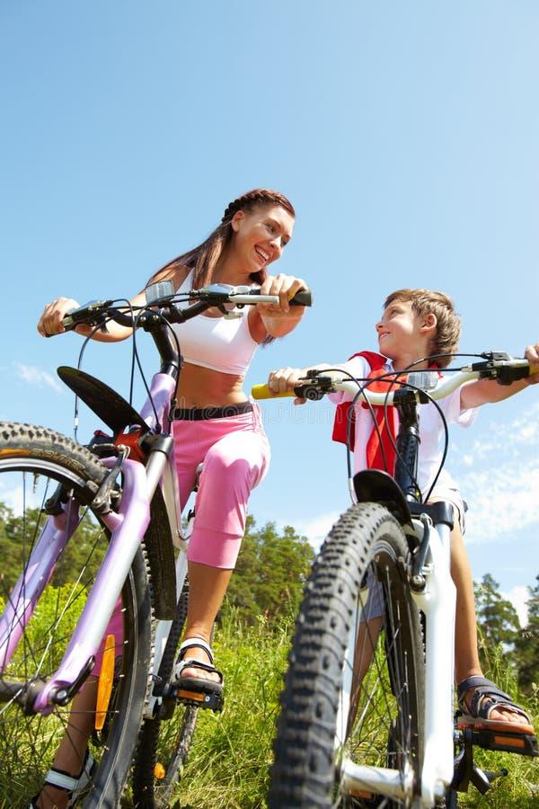 Mutter- und Sohnradfahren lizenzfreie stockfotos