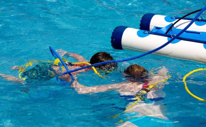 Mutter- und Sohnschwimmen lizenzfreies stockbild