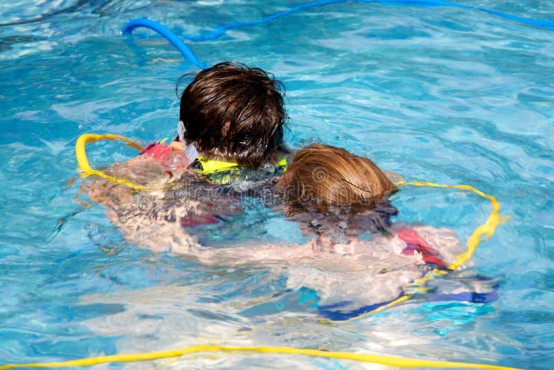 Mutter- und Sohnschwimmen stockbilder