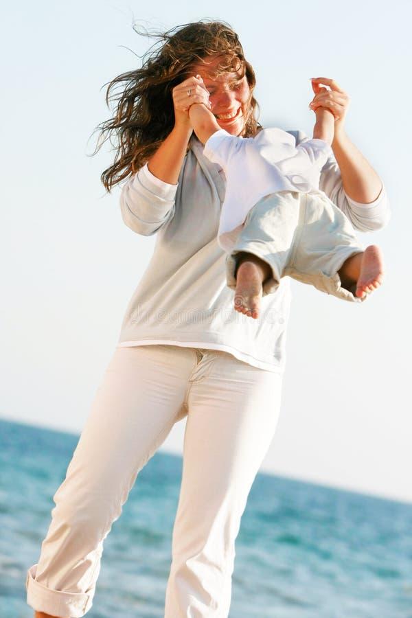 Mutter- und Sohnspielen stockfoto