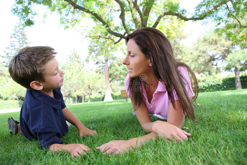 Mutter und Sone im Park stockfoto