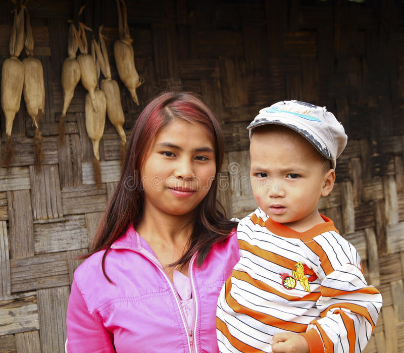 Mutter und Sonne im birmanischen Dorf, Birma lizenzfreie stockfotografie