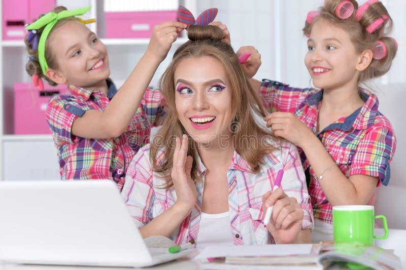 Mutter und Töchter, die Frisuren machen stockbilder