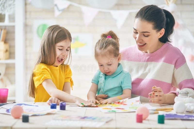 Mutter und Töchter, die zusammen malen stockbilder