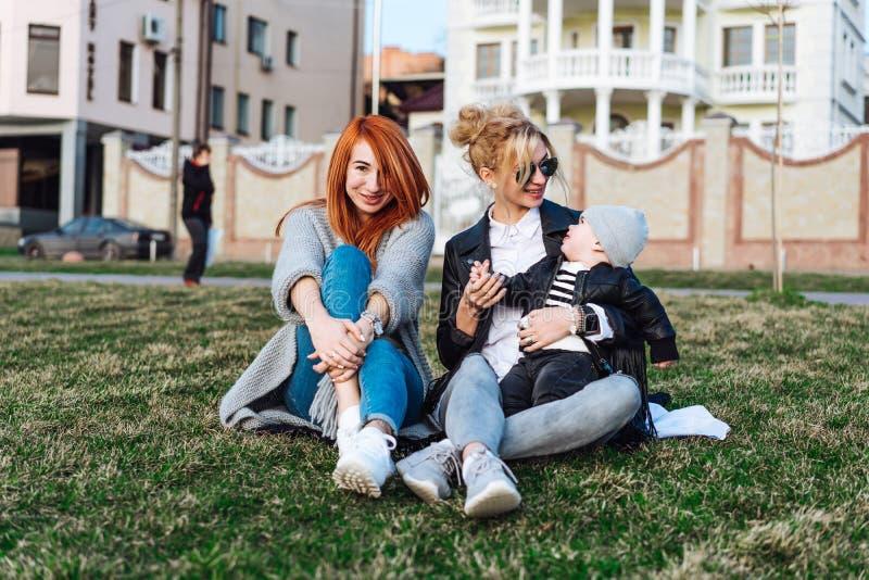 Mutter Und Tante Spielen Mit Einem Jungen Im Park