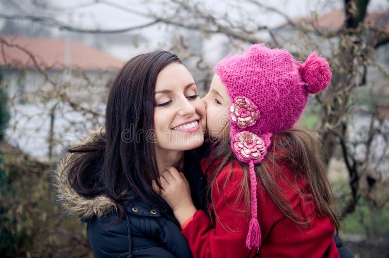 Download Mutter und Tochter stockbild. Bild von freundlich, winter - 28265413
