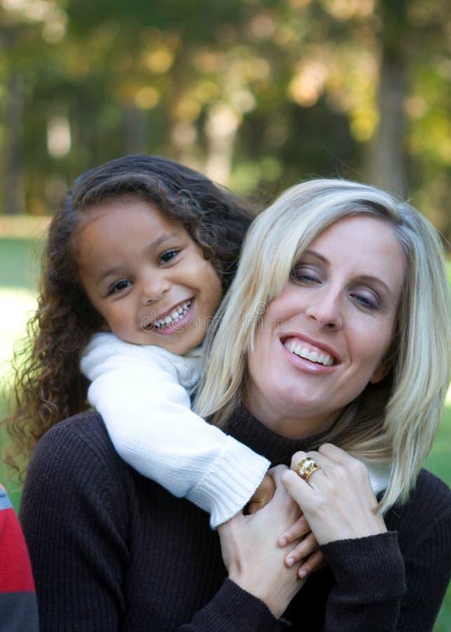 Mutter und Tochter stockfoto. Bild von gemischt, park