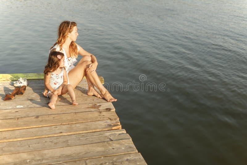Mutter und Tochter auf dem Pier lizenzfreies stockbild