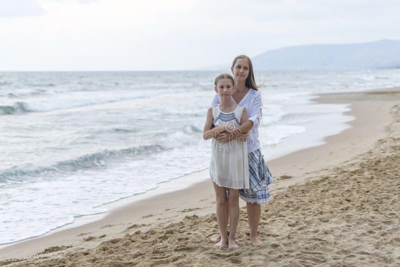 Mutter und Tochter auf dem Strand lizenzfreies stockbild