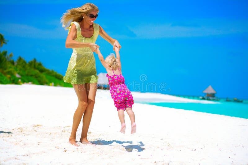 Mutter und Tochter auf dem Strand stockfoto