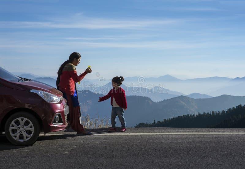 Mutter und Tochter auf einer Autoreise lizenzfreie stockfotos