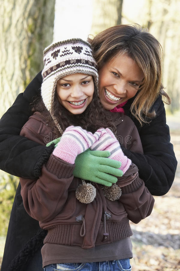 Mutter und Tochter auf Herbst-Weg stockfotos
