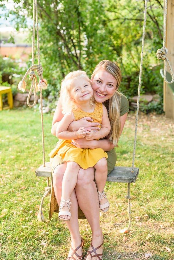Mutter und Tochter auf Schwingen lizenzfreie stockfotos