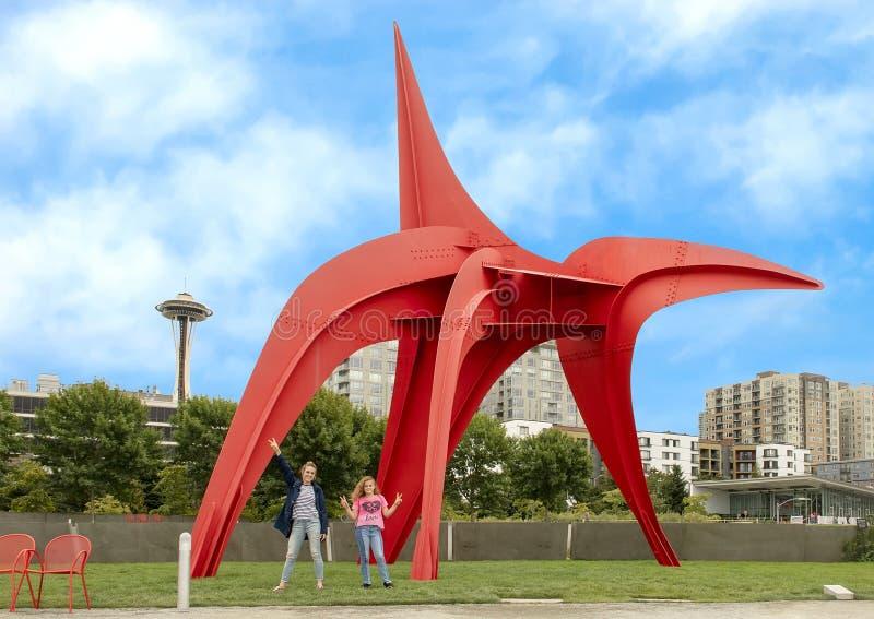 Mutter und Tochter aufgeregt vor Eagle Sculpture von Alexander Calder, olympischer Skulpturenpark stockfotografie