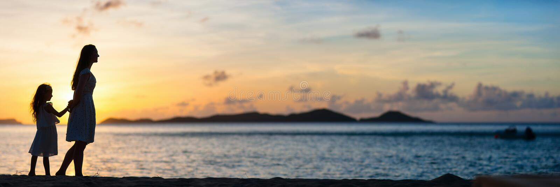 Mutter und Tochter bei Sonnenuntergang stockfotos