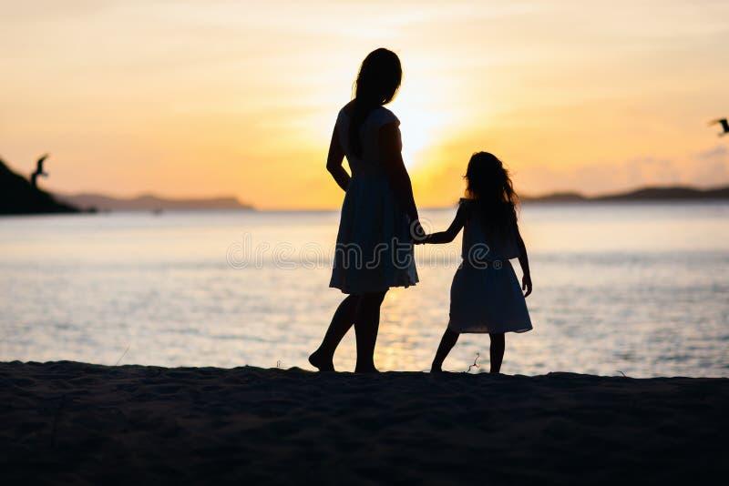 Mutter und Tochter bei Sonnenuntergang lizenzfreie stockfotografie