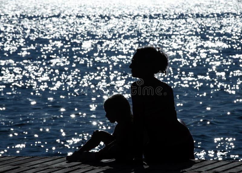 Mutter und Tochter in dem Meer lizenzfreies stockfoto