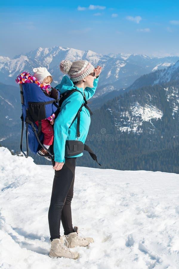 Mutter und Tochter in den Winterbergen lizenzfreie stockbilder