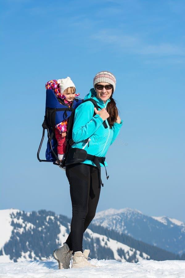 Mutter und Tochter in den Winterbergen lizenzfreies stockfoto