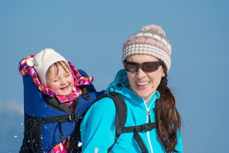 Mutter und Tochter in den Winterferien lizenzfreie stockbilder