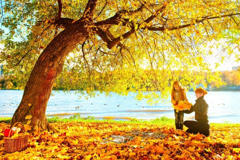 Mutter und Tochter in der Herbstnatur stockfoto