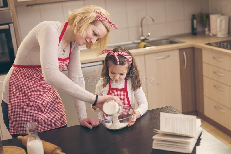 Mutter und Tochter in der Küche lizenzfreies stockbild