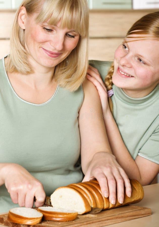 Mutter und Tochter in der Küche stockfoto